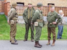 Účastníci vzpomínky vdobových uniformách