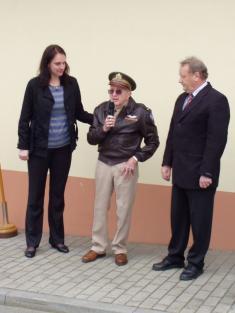 Marion Kirkham děkuje občanům zaudržování vzpomínky najeho bratra