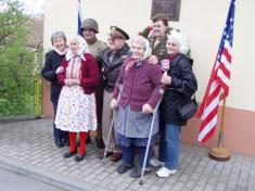 Společná fotografie snejstaršími účastníky vzpomínky